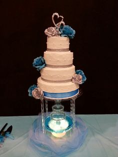 Wedding cake with fountain silver and turquoise