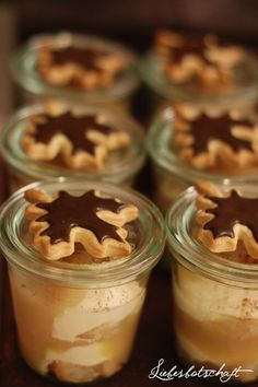 So the recipe is in German . :) Anywho, I like the individual jars of dessert idea. Liebesbotschaft apple tiramisu in a jar hört sich sehr lecker an Xmas Food, Christmas Desserts, Christmas Baking, Christmas Recipes, Dessert In A Jar, Eat Dessert First, Apple Recipes, Sweet Recipes, Delicious Desserts