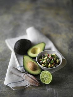 """Avocado: L'elemento più rilevante per la salute di chi include l'avocado nella sua alimentazione è l'apporto di acido grasso linolenico e Omega – 3, grassi """"buoni"""" in quanto capaci di stimolare la produzione di colesterolo buono (HDL) e frenare il deposito di quello cattivo (LDL). #farmaciaallamadonnamestre #farmaciaallamadonna #mestre #avocado #salute"""