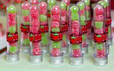 As balas de goma dão aos tubetes uma graça especial. Colocar doces em embalagens inusitadas é sempre uma boa pedida. Foto: Malu Mattos/Divulgação Strawberry Shortcake Birthday, Fruit Birthday, 2nd Birthday Party Themes, Watermelon Birthday, Aloha Party, Baby Girl Birthday, Pizza Party, First Birthdays, Candy Buffet