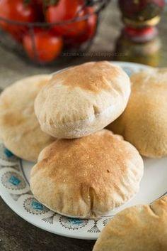 Pita to pieczywo popularne w krajach Bliskiego Wschodu. Placki wyrabia się z mąki pszennej, drożdży i wody, a podczas pieczenia pęcznieją i ...