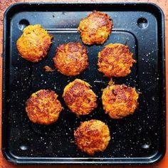 Saftiga och smakrika veggo-biffar baserade på morot och den härliga cypriotiska osten halloumi. En nypa chiliflakes ger morots- och halloumibiffarna hett sting. Stek dem i ugnen eller i en stekpanna – använd då gärna lite extra olja, så det blir riktigt frasiga.