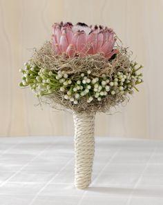 Protea-Brautstrauß mit Schleierkraut – wedding bouquet with big protea blossom and babys breath – www.weddingstyle.de