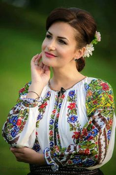 The details of this shirt. Folk Fashion, Ethnic Fashion, Women's Fashion, Polish Embroidery, Romanian Girls, Ethno Style, European Girls, Russian Beauty, Folk Costume