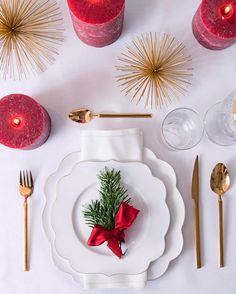 Goldene Tradition! Eine schlichte weiße Tischdecke + goldene Urchins und Kerzen in rot + duftende Tannenzweige= ein klassischer Look mit dem gewissen Twist. // Tischdeko Tisch Decken Weihnachten Christmas Ideen Deko Dekorieren DIY Advent Tischdekoration Weihnachtstisch #Weihnachten #Christmas #Ideen #Deko #Advent #Tischdeko #Tischdekoration #DIY #Selbermachen