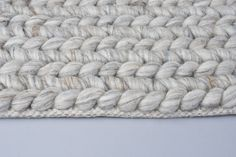 Geknoopt vloerkleed van 100% wol. Dikke pool en erg comfortabel. Verkrijgbaar in (licht)grijze kleur. Vraag een staal aan en bekijk dit stoere kleed zelf.