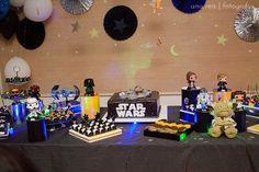 Esse post tem muitas, mas muitas fotos MESMO !! :)Quando eu soube que o tema era Star Wars quase pirei, adoro ! A Betânia, mãe do João, preparou tudo com o maior carinho e o resultado foi uma festa muito querida ! Todos os detalhes da decoração eram de encher os olhos. Bonequinhos,…