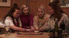 Ina Svenningdal, Josefine Frida Pettersen, Ulrikke Falch e Lisa Teige em cena de 'Skam