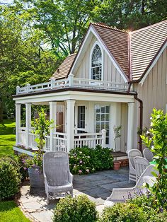 An Oyster Bay cottage where George Washington once slept boasts a charming porch. - Traditional Home ® / Photo: John Bessler / Architect: Tim Hook Cottage Living, Cozy Cottage, Cottage Homes, Cottage Style, Cottage Porch, White Cottage, Country Porch Decor, House Porch, Cottage Exterior