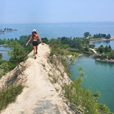 Scarborough Bluffs Trail 17 Breathtaking Ontario Hikes To Do This Summer Quebec, Places To Travel, Places To See, Scarborough Bluffs, Scarborough Ontario, Voyage Canada, Ontario Travel, Toronto Travel, Road Trip