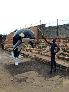 Banksy vient de construire dans le plus grand secret à Weston-super-Mare, une station balnéaire au sud-ouest de l'Angleterre, Dismaland un parc d'attractions qui parodie les Disneyland et qui rassemble les oeuvres de plus de 50 artistes internationaux ainsi que des performances, des projections et des concerts.