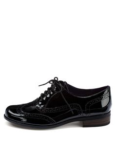 Clarks Hamble Oak Ladies Patent Brogue Shoes Androgyny is a key look for the season ahead and style driven dressers will love these Clarks Hamble Oak ladies brogues.These Clarks brogues for women feature masculine styling with a feminine twist. The patent leather lends a gorgeous glossy finish to your look. These brogues have a lace-up design and the perforated detail gives these flats a chic vintage inspired finish.Wear these Clarks Hamble Oak ladies brogue shoes by Clarks with smart…