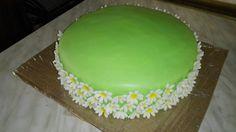 Summer cake wirh daisies