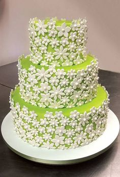 green wedding cake with white daisies, sugarpaste flowers