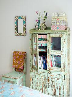 Vi var hemma och plåtade hos Karolina Svensk som driver inredningsföretaget stockholm bombay   ett underbart färgstarkt hem!               ...
