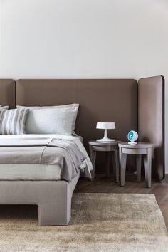 MERIDIANI I Tuyo bed with saddle leather headboard and upholstered base