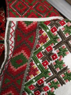 Enestående vakker beltestakk skreddersydd ved Sømatelier Kirsten S. Anker, Høvik. Passer til person 174 cm høy, +-. Unikt valg av tekstil på liv, og pyntebånd langs skjørtekant og på forkle, så det finnes ingen tilsvarende beltestakk. Kan syes inn eller ut. Selger stakk, forkle, to stk skjorter, én i rød velur og én hvit linskjorte med broderi, et stk hårbånd, et belte, en sølje á 5cm i diamete... Viking Embroidery, Palestinian Embroidery, Hand Work Embroidery, Embroidery Designs, Sewing Crafts, Sewing Projects, Color Shapes, Lace Making, Fabric Painting