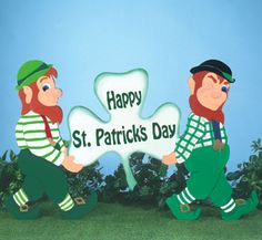 """Leprechaun Pair Yard Sign Pattern Show off your Irish spirit with this pair of leprechauns carrying a """"Happy St. Patrick's Day"""" sign. #diy #woodcraftpatterns"""