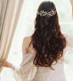 Photo: Laura Gordon; Effortless Chic Wedding Headpiece from Liv Hart.