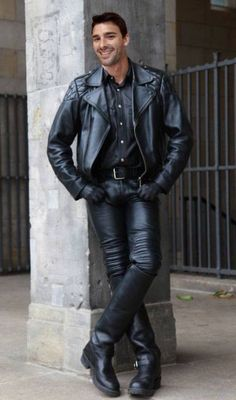 Men's Leather Jackets: How To Choose The One For You. A leather coat is a must for each guy's closet and is likewise an excellent method to express his individual design. Leather jackets never head out of styl Biker Leather, Leather Trousers, Leather Men, Leather Jackets, Fashion Moda, Mens Fashion, Fashion Wear, Hommes Sexy, Jacket Style