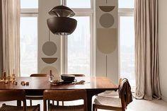 Deze zachtbruine, grijze en neutrale tinten geven een gevoel van eenheid en brengen de verschillende elementen van elk interieur samen. Onze Trust kleuren zorgen voor een warme, gastvrije sfeer in huis door de harde lijnen van een moderne ruimte te verzachten en een subtiel modern tintje te geven aan traditionelere ruimtes. #kleurentrends #2021 #flexa #interieur #inspiratie #colour #woontrends Curtains Dunelm, Cabinets And Countertops, Interior Decorating, Interior Design, Color Of The Year, Home Living Room, Color Trends, Colorful Interiors, Brave
