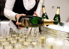 Drink med tranbär och cava. Whiskey Sour, Apple Cider, Vodka, Champagne, Drinks, Bottle, Food, Drinking, Beverages