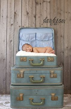 15 Creative Ideas for Kids Photography – Marvelous Mommy Newborn Photography Props, Photography Backdrops, Children Photography, Family Photography, Photo Backdrops, Outdoor Photography, Photography Ideas, Old Luggage, Luggage Sets