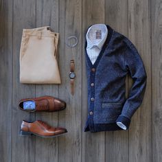 Fall business casual inspiration with tan chinos brown leather captoe brogues blue southern scholar socks brown leather banded Timex cardigan blue white brown striped shirt bracelet Business Casual Men, Men Casual, Gentleman Mode, Gentleman Style, Gents Fashion, Look Fashion, Tan Chinos, Blazer Outfits Men, High Fashion