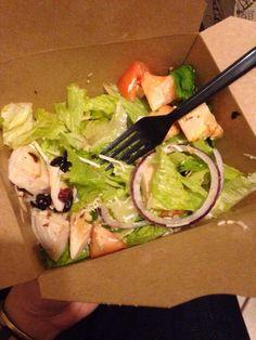 Un participante de mis programas ya está aprendiendo a seleccionar alimentos nutritivos al comer fuera del hogar. Me envió esta foto de su cena de ayer. Sin BSF: mofongo. Ahora con BSF: ensalada de pechuga de pollo con aderezo de cranberry
