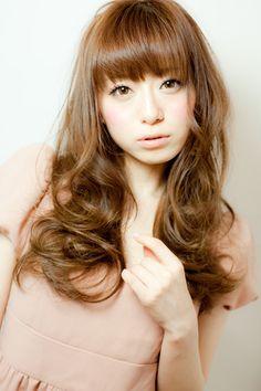 【髪型】なんだかんだで王道女子のフェミニン系が可愛いです♪ テーマ:セミロング~ロングのヘアスタイル髪型 なんだかんだで、王道女子のフェミニン系のヘアが可愛いんじゃないの??って最近思っています(@Takashi Nishioka)です♪ 顔周りで揺れる髪 目元ぎりの前髪 大きめで艶っぽい巻き髪 まつげパッチリのアイメイクこれが揃えば完璧ではないでしょうか?? アイロンは32ミリを使用しています♪ 巻き方はフォワードリバースのミックス巻きでございまーす♪ 是非お試しあれー☆