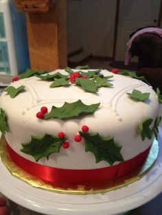 Holly and Ivy Christmas Cake - Cake by Tonya Christmas Deserts, Christmas Cupcakes, Noel Christmas, Christmas Goodies, Christmas Cake Designs, Christmas Cake Decorations, Holiday Cakes, Xmas Cakes, Winter Torte