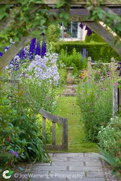 Flower Gardening Design 25 Cottage Style Garden Ideas - fancydecors - A variety of plants can work nicely here. Do not neglect to reflect on how big the plant will widen as well Garden Cottage, English Cottage Gardens, Small English Garden, My Secret Garden, Garden Spaces, Dream Garden, Blue Garden, Garden Inspiration, Beautiful Gardens