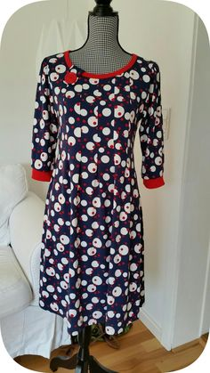 Denne kjole er skøn at have på og er syet i en stofrest købt for en sølle 50'er.  Denne model med læg på forstykket, har jeg syet før, men d...