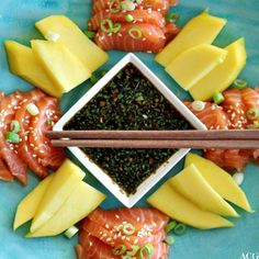Sashimi med ponzusaus og mango (I like to make this with avocado as well and mix it in a bowl) Easy Recipes, Easy Meals, Sashimi, Starters, Acai Bowl, Foodies, Main Dishes, Salmon, Seafood