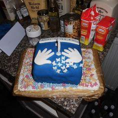 Geburtstagskuchen für den Sohn eines Freundes, selbstgebacken, Bisquit mit Vanille-Meringue-Buttercreme auf einer Mürbeteigplatte.