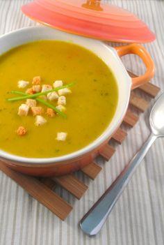 Pittige kerriesoep -- Met bouillonblokjes, kerrie en sambal, en eventueel macaroni. Healthy Soup Recipes, Real Food Recipes, Typical Dutch Food, Asian Soup, Homemade Soup, Diy Food, Soup And Salad, Soups And Stews, Pitta
