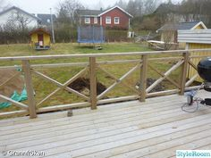 If the wire doesn't work Outdoor Handrail, Wood Deck Railing, Front Porch Railings, Screened In Porch, Country Pool, Deck Makeover, Building A Deck, Deck Design, Cool Pools