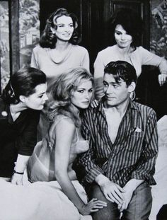 Romy Schneider Capucine Ursula Andress Peter O'Toole and Paula Prentiss gathered around bed in a scene from the film 'What's New Pussycat' 1965 Peter O'toole, Romy Schneider, Golden Age Of Hollywood, Classic Hollywood, Old Hollywood, What's New Pussycat, Cinema Tv, Ursula Andress, Alain Delon