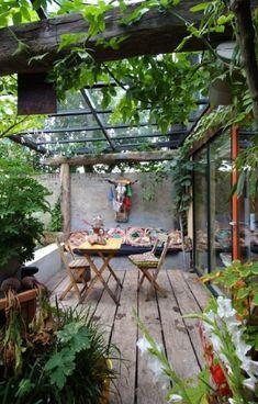 Drewniane deski i meble na werandzie tworzą przytulny klimat. Miejsce zachęca do wypoczynku, szczególnie ciepłą letnią...