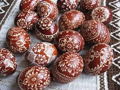 Kraslice vyškrabávané hnedé II. Egg Crafts, Easter Crafts, Crafts For Kids, Carved Eggs, Ukrainian Easter Eggs, Faberge Eggs, Egg Art, Polish Pottery, Egg Decorating