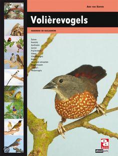 Keurmeester Adri van Kooten heeft een grote naam opgebouwd als schrijver van vogelboeken., waaronder het handboek Papegaaien en Parkieten.