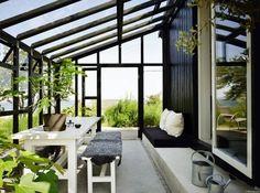 Växthus/uterum häktat på hus, nivåskillnad, trappsteg blir sittbänk och hylla