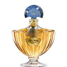 """インドの大帝と愛妃の情熱的な愛の物語に感銘を受けて誕生した「シャリマー」。サンスクリット語で""""愛の宮殿""""を意味するこのフレグランスは、ふたりが誓い合った永遠の愛を象徴する、情熱をかき立てる官能的な香りです。フレグランス界を代表するオリエンタル系フレグランスとして知られる「シャリマー」は、くすぶるような、それでいてかすかな気高さを感じさせる香りが魅力。禁断の愛を思わせるセンシュアルな香りが肌を包みこみます。 「シャリマーをまとうことは、感覚の波に自らを任せることだ」とジャック・ゲランは語っています。  レイモン・ゲランがデザインした「シャリマー」のボトルは、1925年にパリ万国博覧会で最高賞を受賞。その曲線は有名なシャリマー庭園の泉からイメージされたもの。扇形の透明なサファイア色のキャップは、シャリマー庭園に永遠に流れる噴水を象徴しています。"""