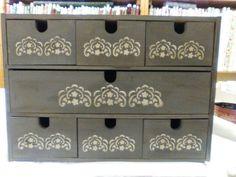Moblet de calaixos pintat i envellit , taller de caixes fet a #elsalabors amb la #maribelguijarro
