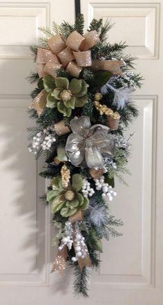 Christmas/Winter Swag Easy Christmas Decorations, Christmas Swags, Christmas Centerpieces, Holiday Wreaths, Rustic Christmas, Diy Christmas Gifts, Christmas Projects, Simple Christmas, Holiday Crafts