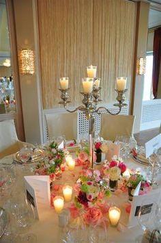 Puedes elegir unos candelabros altos para las mesas, con unas flores en la base