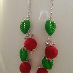 Pétillantes boucles d'oreilles montées sur chaîne argentée, sur la laquelle s'égrènent 2 perles rouges vifs velours entre