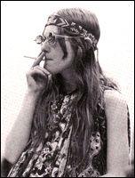 """a etapa de fines de los años '60 marca otra revolución importante en las costumbres y la moda. Bajo los lemas de """"prohibido prohibir"""" y """"la imaginación al poder"""", miles de jóvenes en distintas partes del mundo se manifiestan contra el sistema de valores recibidos. Los estilos de cabello y de vestimentas se vuelven más audaces, más atrevidos. El movimiento contracultural de los hippies aparece en ese momento: son liberales, pacifistas, se oponen a la guerra de Vietnam y al uso de armas…"""