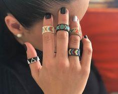 Two Tone Jewelry . Loom Bracelet Patterns, Diy Friendship Bracelets Patterns, Bead Loom Bracelets, Jewelry Patterns, Beading Patterns, Bead Jewellery, Beaded Jewelry, Silver Jewelry, Beaded Earrings Native