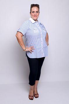 Camisa em listrado azul, com detalhes em listras mais finas, floral e branco liso.